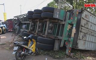 Xe tải lật nhào bên vệ đường, tài xế chấn thương nặng