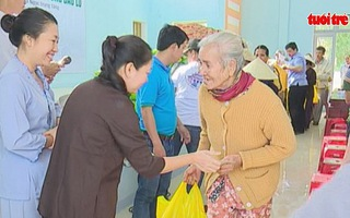 Báo Tuổi Trẻ trao quà cho bà con vùng lũ Quảng Ngãi