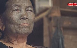"""Những người phụ nữ """"mặt hổ"""" cuối cùng còn sót lại ở Myanmar"""