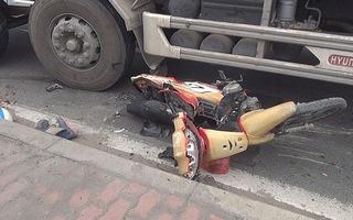 Nâng xe tải, cứu hai vợ chồng kẹt dưới bánh xe