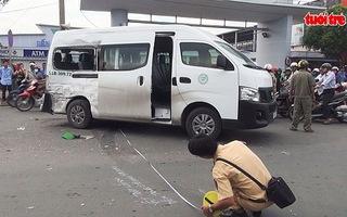 Xe tải đâm xe khách xoay 360 độ, nhiều người bị thương