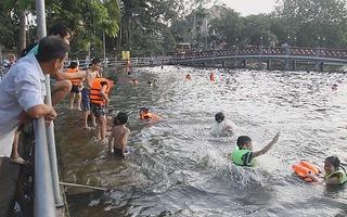 Biến ao làng ô nhiễm thành bể bơi miễn phí cho trẻ em