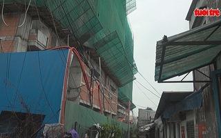 Công trình xây dựng nhiều lần để sắt rơi xuống nhà dân