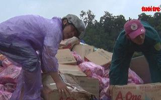 Vùng sạt lở núi cứu trợ vùng cô lập do bão lũ