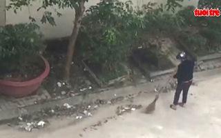 Phạt người phụ nữ quét rác xuống cống 1 triệu đồng