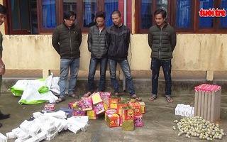 Bắt 2 xe container chở hàng lậu kèm pháo nổ từ Trung Quốc