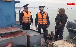 Cảnh sát biển bắt hai tàu chở 35.000 lít dầu lậu