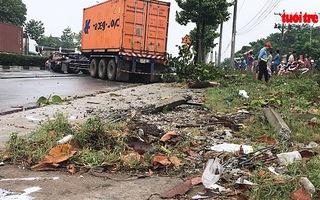Xe container tông gãy cây xanh, tài xế rơi xuống đường tử vong