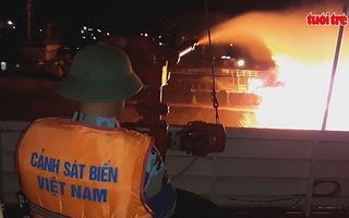 Tàu dầu 2.000 tấn phát nổ, bốc cháy dữ dội khi đang tiếp dầu