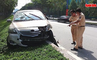 Va chạm với xe cứu hỏa, bốn người ngồi trên taxi thoát chết