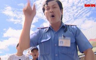 VIDEO: Hai phóng viên VTV bị cản trở khi quay cụ bà bán vé số