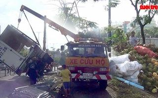 Lật xe tải, dừa lủ khủ lăn ra đường