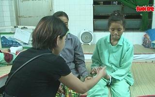 Chữa trị rắn cắn ở thầy lang, một bệnh nhi bị hoại tử chân