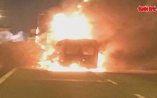 Ô tô 16 chỗ tông đuôi xe container, 2 người tử vong trong biển lửa