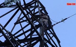 Người đàn ông trèo cột điện cao thế, nhiều khu vực bị cúp điện
