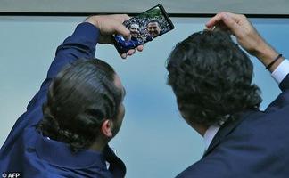 Thủ tướng 'vua selfie' của Lebanon tung app vận động tranh cử