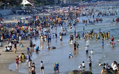 Tắm biển mà không chống nắng, hấp thu tia UV 'ghê' hơn ngoài đường