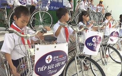 EVN SPC trao tặng nhà tình nghĩa, xe đạp, tập vở cho người dân Long An