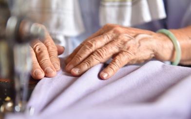Bà nội Tư thích may mền cho người khó khăn