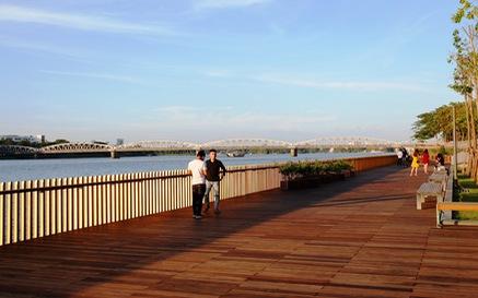Cận cảnh cầu đi bộ bằng gỗ lim dọc sông Hương