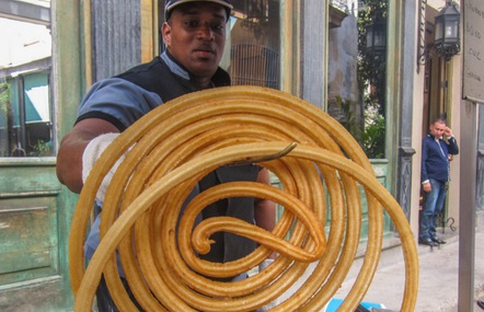 Chiếc bánh dây dài cuộn tròn như bánh xe hơi trên đường phố Cuba