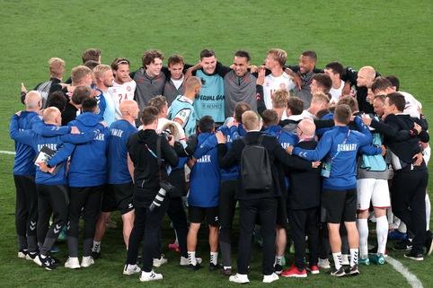 Video: Cầu thủ Đan Mạch vây quanh xem điện thoại để chờ kết quả đi tiếp