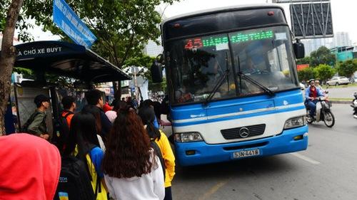 Thu tiền vé xe buýt sai quy định, còn nói xấu hành khách