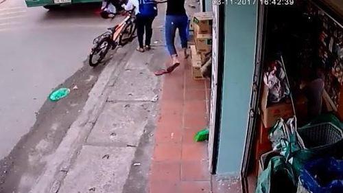 Thót tim xem clip bé trai thoát chết dưới bánh xe container