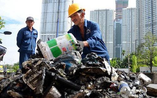 Dọn sạch rác đường Nguyễn Hữu Cảnh hỗ trợ 'siêu máy bơm'