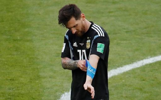 Video: Messi và các cầu thủ Argentina buồn bã rời sân