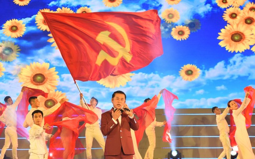 Tạ Minh Tâm, Đan Trường, Đức Tuấn, Hiền Thục hát chào mừng Đại hội Đảng