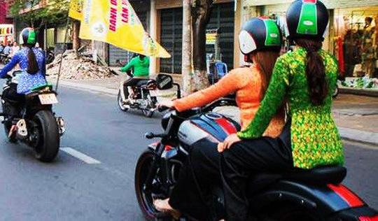 Ý kiến trái chiều quanh việc mặc bà ba chạy môtô 'khủng' cổ vũ lễ hội