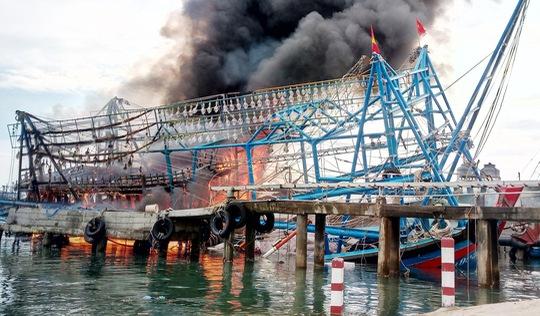 Tàu chụp mực của ngư dân Quảng Nam bốc cháy như ngọn đuốc