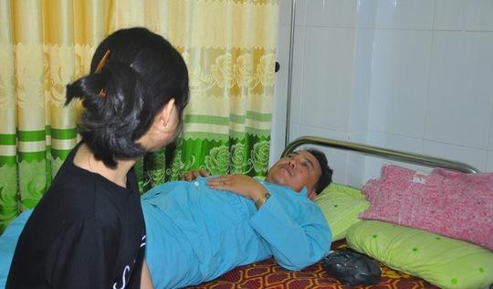 Chê bia đắt, một người bị đánh gãy hai răng phải nhập viện
