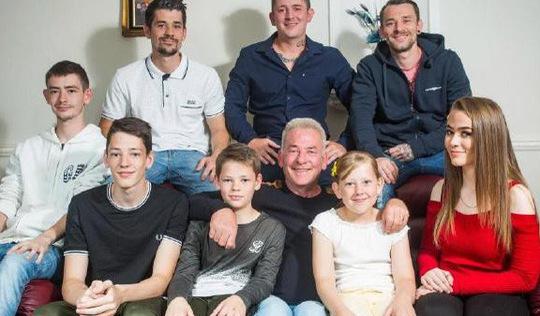 Mẹ để lại bí kíp nuôi dạy 8 con cho bố trước khi qua đời