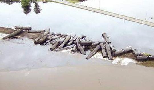 33 toa tàu chở dầu thô lật nhào, nhuộm đen cả dòng sông ở Mỹ