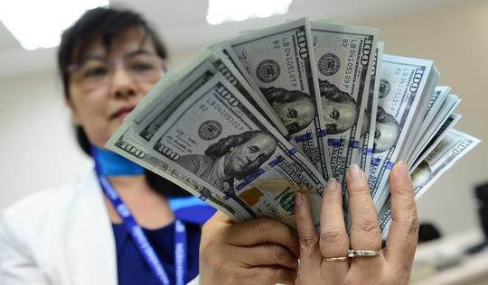 Cuối tuần, USD tự do lập đỉnh mới: 23.350 đồng/USD
