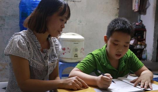 Cậu bé nhặt ve chai góp tiền đi học