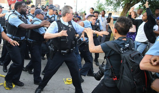 Đụng độ bạo lực tại Chicago vì cảnh sát bắn chết người