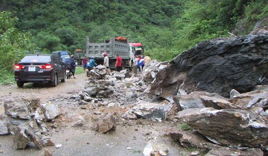 Sạt lở đất đá, quốc lộ 7 Nghệ An ách tắc