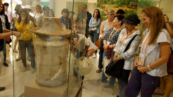 Phu nhân đại biểu ABAC tham quan Bảo tàng Đà Nẵng