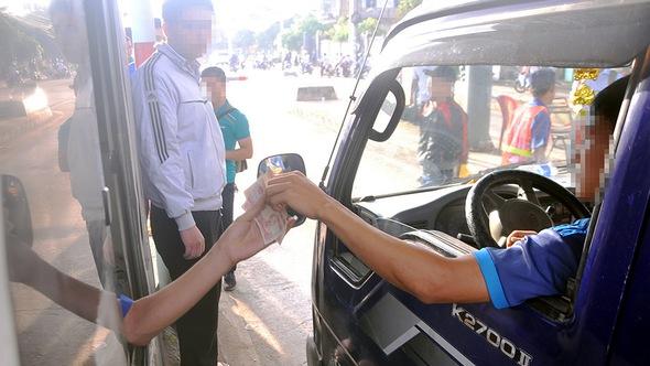 Tài xế dùng tiền lẻ mua vé, trạm thu phí tuyến tránh Biên Hòa xả trạm