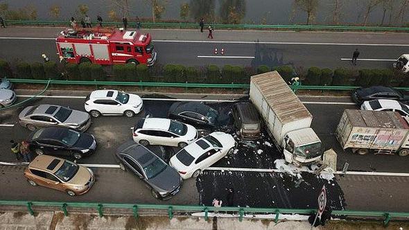 Thảm kịch tông xe liên hoàn do sương mù ở Trung Quốc
