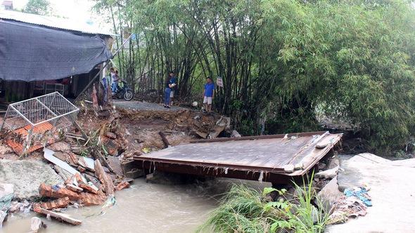 Mưa lớn, nước cuốn sập cầu và nhà dân tại TP Biên Hòa
