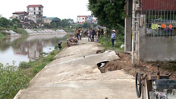 Đường bờ kè sông vừa làm đã nứt toác, chủ tịch huyện thoái thác 'bận họp'