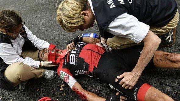 11 tay đua gặp nạn ở chặng 9 Tour de France