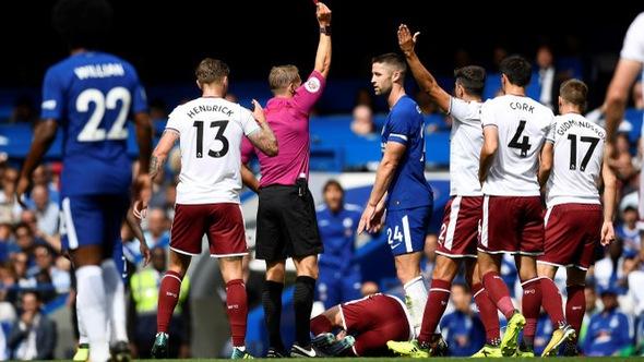 Cahill và Fabregas nhận thẻ đỏ, ĐKVĐ Chelsea gục ngã trước Burnley