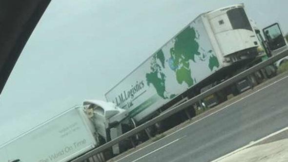 Xe buýt đụng xe tải trên cao tốc ở Anh, 8 người chết