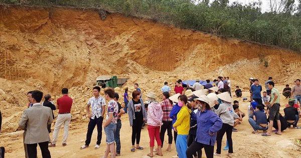 Sập mỏ đất đang khai thác, tài xế bị vùi lấp
