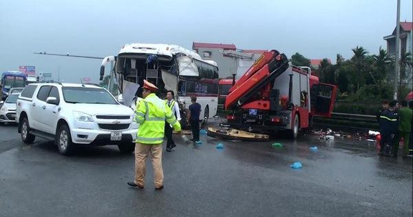 Xe cứu nạn tông trực diện xe khách, 9 người bị thương